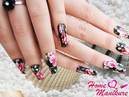 красивая печать на ногтях в стиле художественной росписи