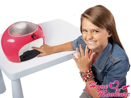 напечатанный принтером нейл-арт на ногтях девочки