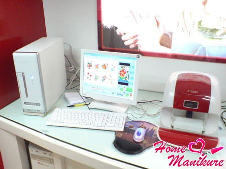 принтер для ногтей в маникюрном салоне
