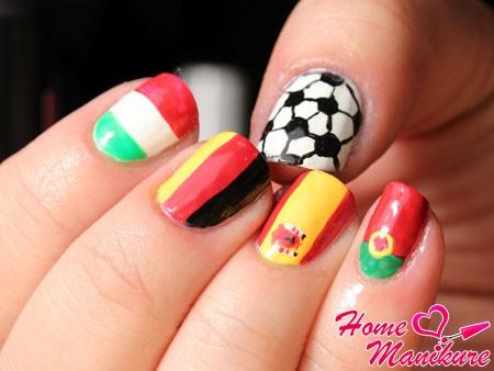 рисунок мяча и флагов европейских стран на ногтях
