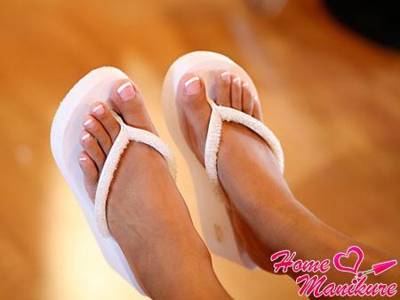 белый френч педикюр на женских ножках