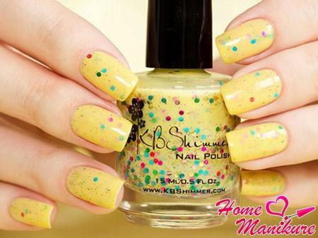 глиттерный дизайн ногтей в желтых тонах