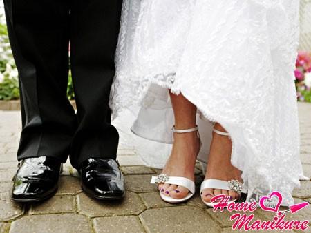 монотонный фиолетовый педикюр невесты