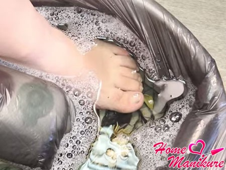 нога в ванночке для педикюра