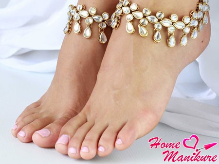 пастельный розовый педикюр невесты