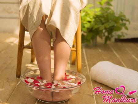 подготовка ногтей в ванночке к педикюру