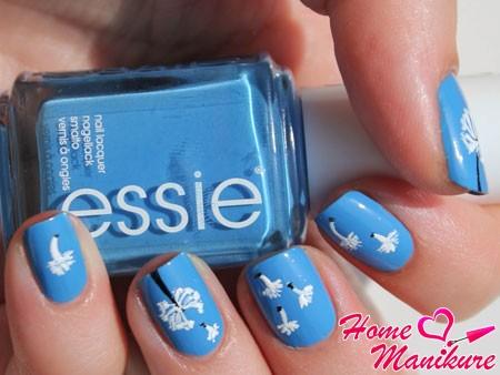 рисунки одуванчиков на синем лаке Essie