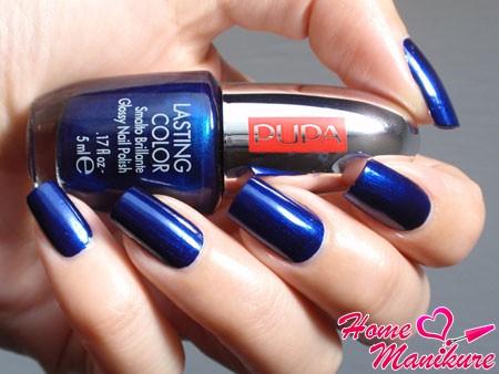стильный насыщенный синий лак Пупа на ногтях