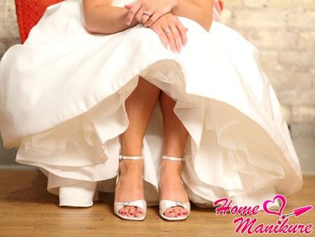Гармония и нежность в свадебном педикюре