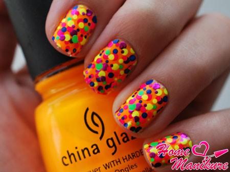 яркий летний дизайн ногтей в стиле конфетти