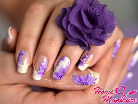 жостовская роспись на ногтях на белом фоне