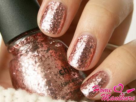 золотой глиттер China Glaze на ногтях