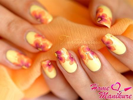 элегантный летний дизайн ногтей с цветами