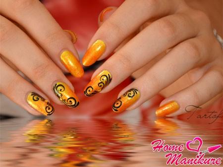 филигранные черные узоры на ярких ногтях