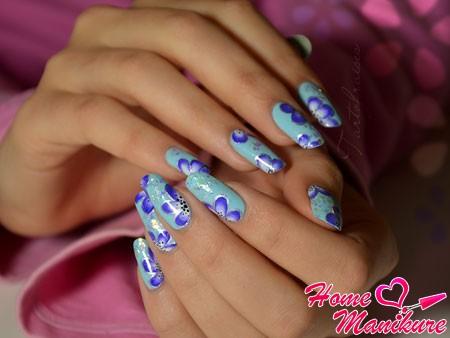 красивые цветочные рисунки на голубых ногтях