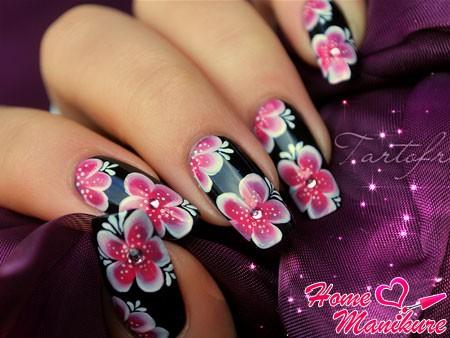 красивые рисунки цветов на черных ногтях
