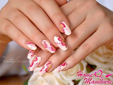 красивый дизайн с цветами на ногтях