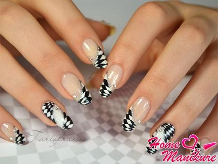 модный шахматный френч на ногтях