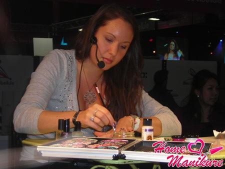 Офелия рисует на ногтях