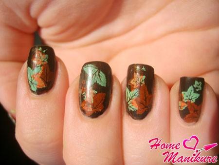 разноцветные кленовые листья на ногтях