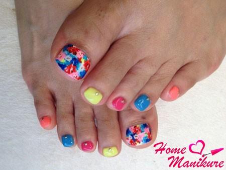 разноцветный педикюр с мозаикой на большом пальце