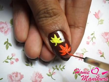 рисование оранжевого листка на ногте