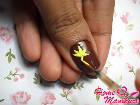 рисование желтого листочка на ногте