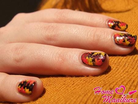 рисунки кленовых листьев на ногтях