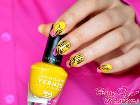 рисунки пальмовых листьев на ярких ногтях