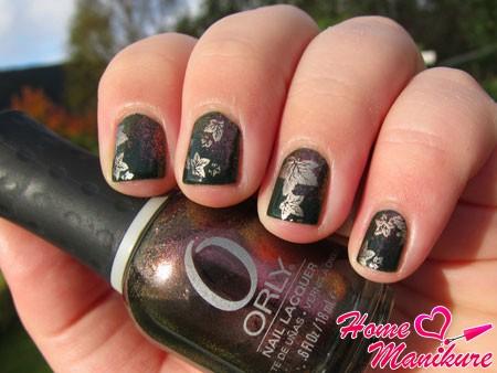 серебряные листья на темных ногтях
