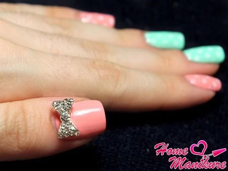украшение ногтя большого пальца стразом