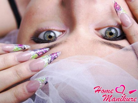 красивый нейл-арт на длинных ногтях