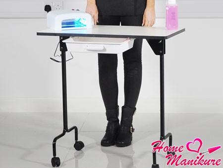 простейший складной маникюрный стол на колесиках