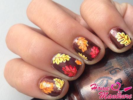 рисунки ярких листьев на ногтях