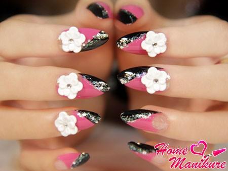 белые акриловые цветы на ногтях