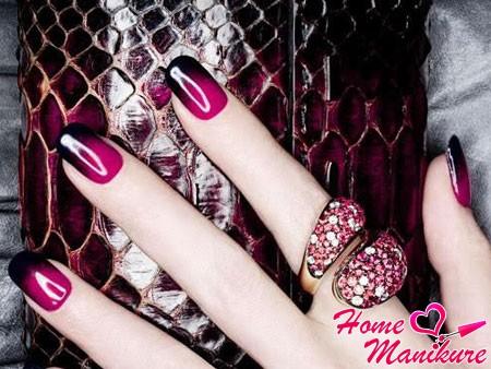 дизайн ногтей омбре в модных винных оттенках