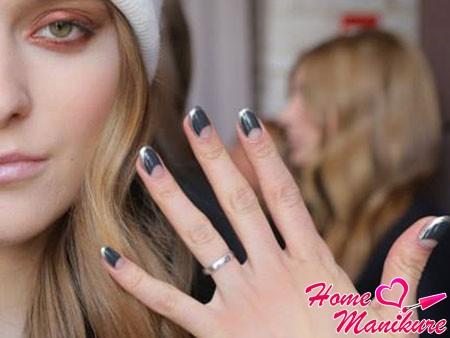 лунный дизайн ногтей в серых тонах