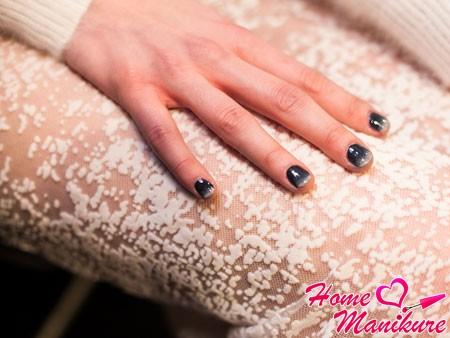 серый омбре маникюр на коротких ногтях