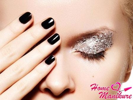 элегантное монотонное черное покрытие ногтей