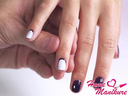 фиолетово-белый обратный французский маникюр
