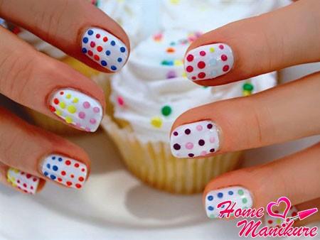 ногти с разноцветными точками