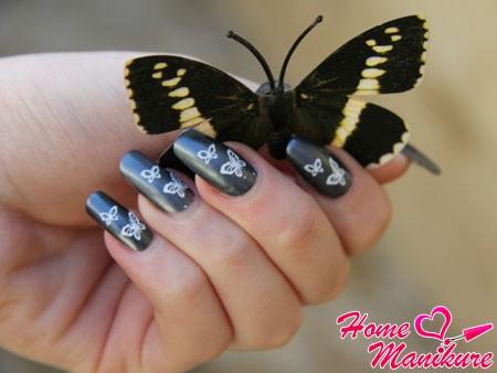 изящные бабочки на ногтях стемпингом Конад