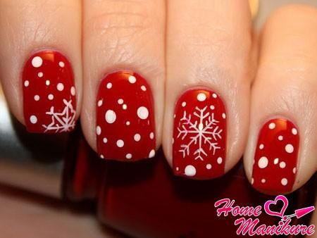 белые снежинки на красных ногтях
