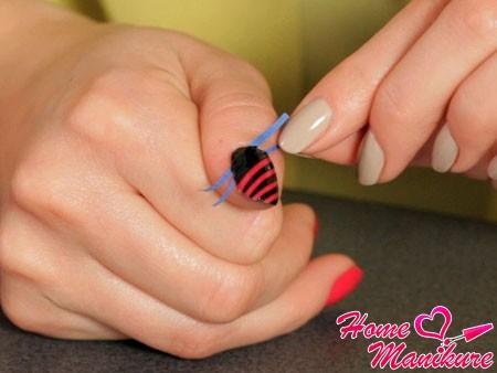 использование ленты в дизайне ногтей