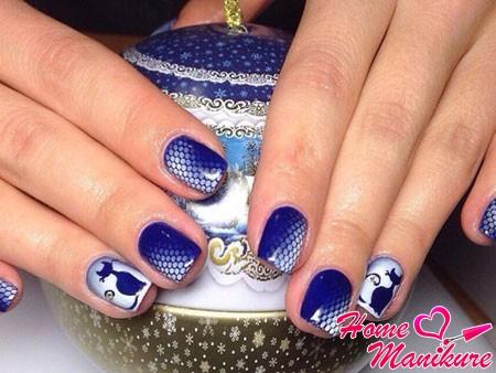 красивая бело-синяя аэрография на ногтях