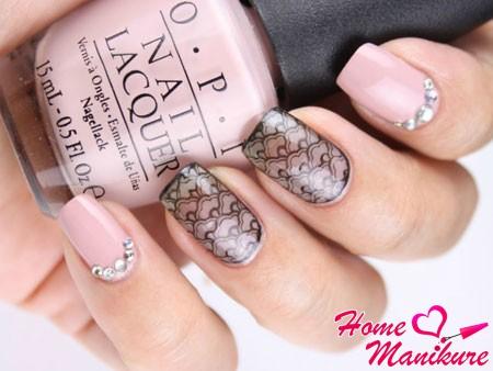нежная вуаль на розовых ногтях