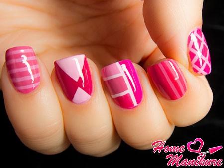 розовый маникюр с геометрическими узорами
