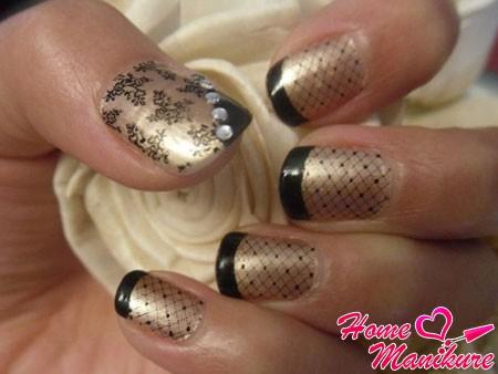 тонкая черная сеточка на золотых ногтях