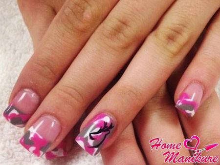 розово-серый милитари дизайн ногтей