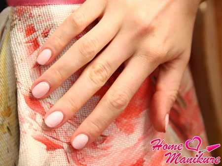 бледно-розовый маникюр для праздника